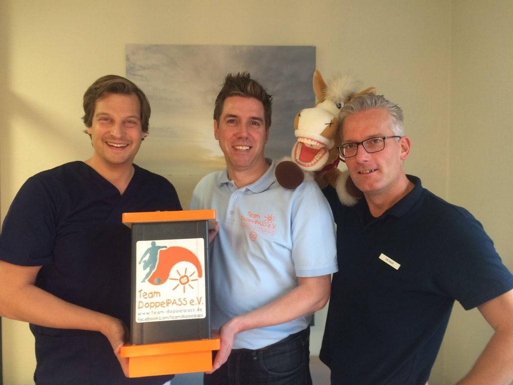 Ogo freute sich über eine  durch die Nortorfer Zahnarzt-Praxis von Dr. Friebel und Dr. Kalz prall gefüllte Spendenbox