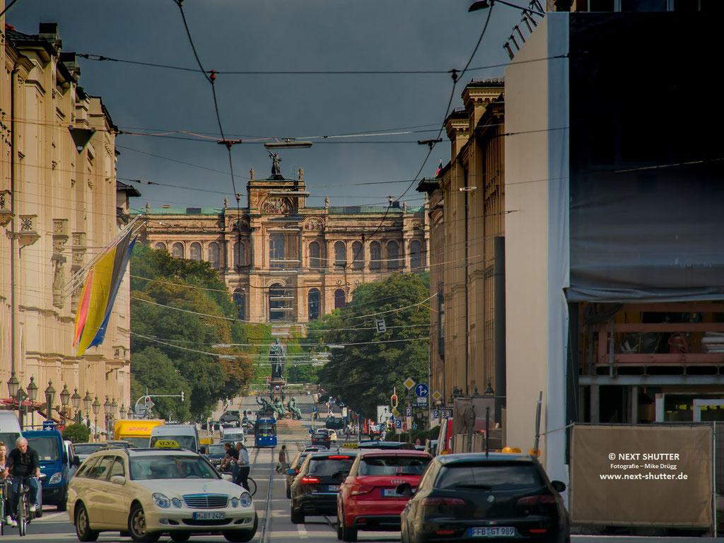 Theatinerstrasse, im Hintergrund der Bayerische Landtag, das Maximilianeum