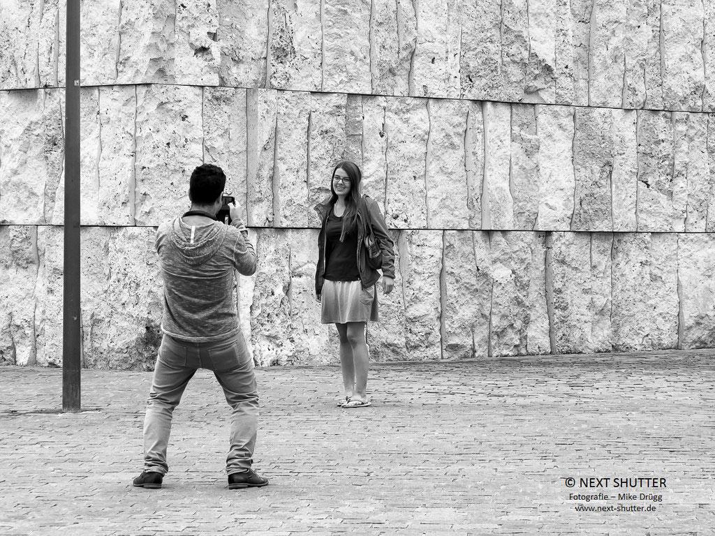 Erinnerungsfoto vor der Synagoge