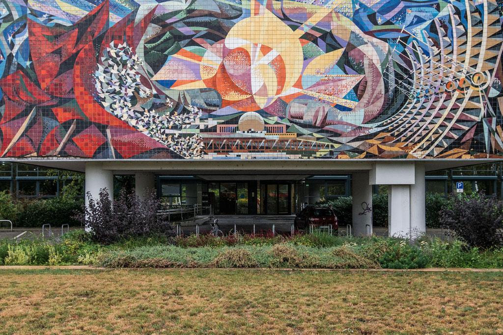 """VEB Energieversorgung, Wandbild """"Die friedliche Nutzung der Atomenergie"""" (Josep Renau), Halle (D)"""
