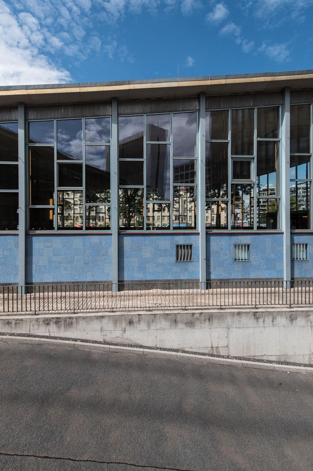 """Ein- und Ausreisehalle am Bahnhof Friedrichstraße (""""Tränenpalast"""", Horst Lüderitz), Berlin (D)"""