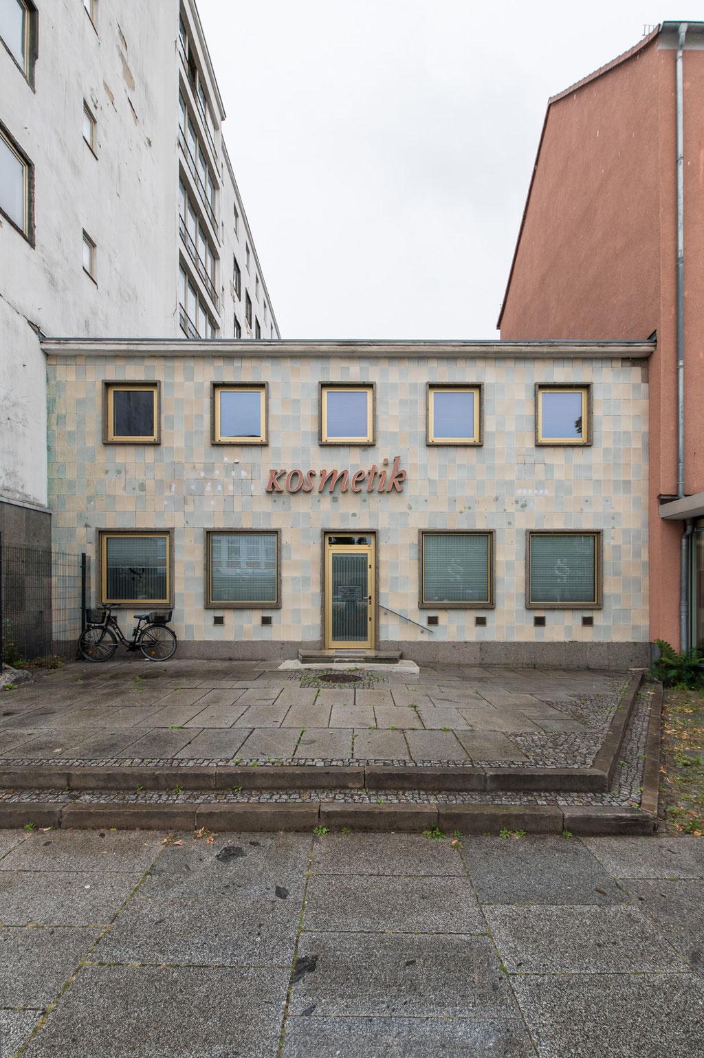 Kosmetikgeschäft (Kollektiv Gerhard Wollner, Wolfgang Timme, Herbert Hoffmann), Eisenhüttenstadt (D)