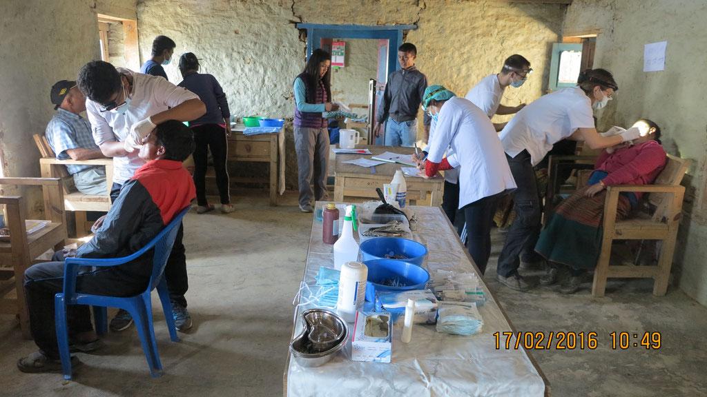 Provisorisch eingerichtetes Behandlungszimmer in einer Schule