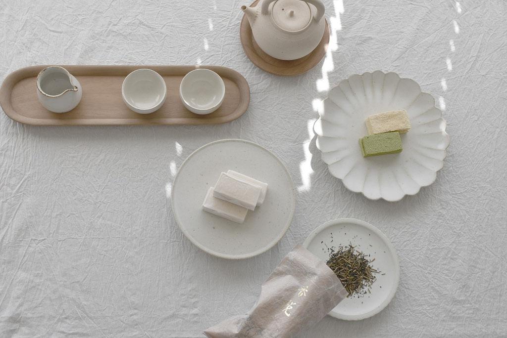 白の器ばかりを使ってほうじ茶と干菓子のお茶タイム。