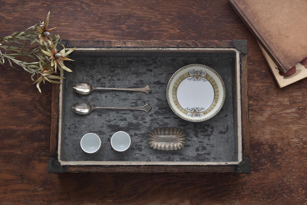 古いガラス蓋のコレクションボックスにお気に入りを並べて