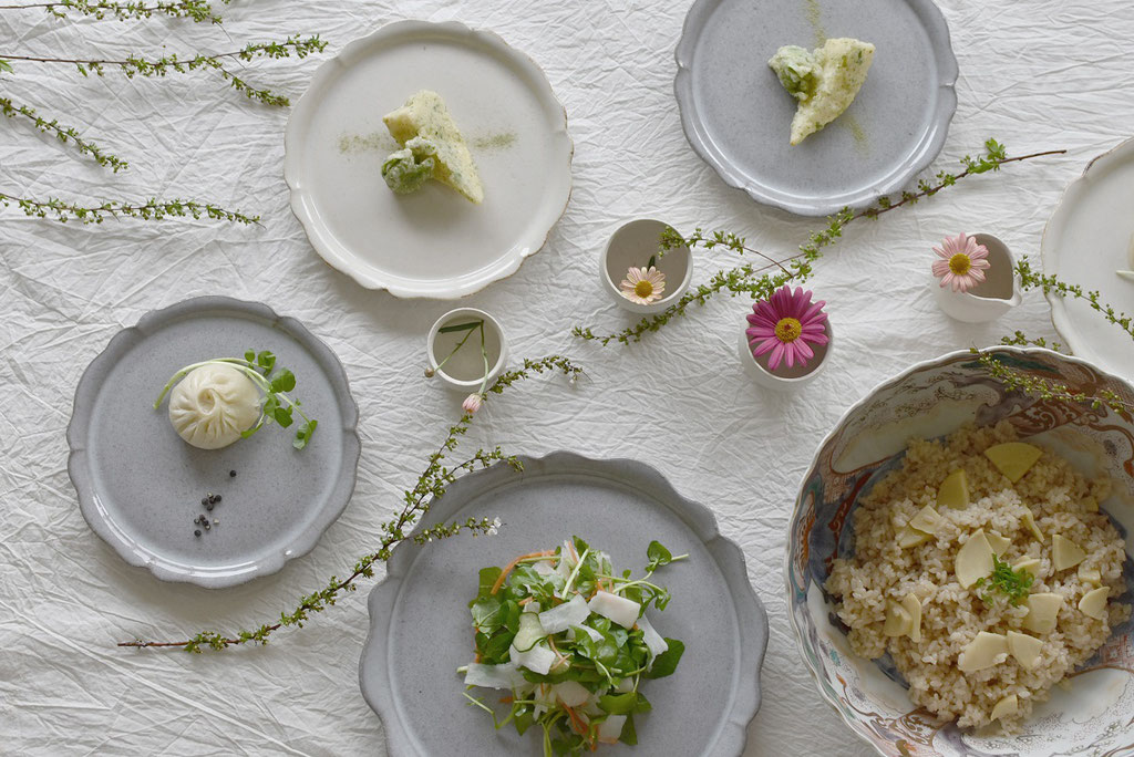 新色つやグレーが仲間入り リンカ皿サイズ違いで春のテーブル