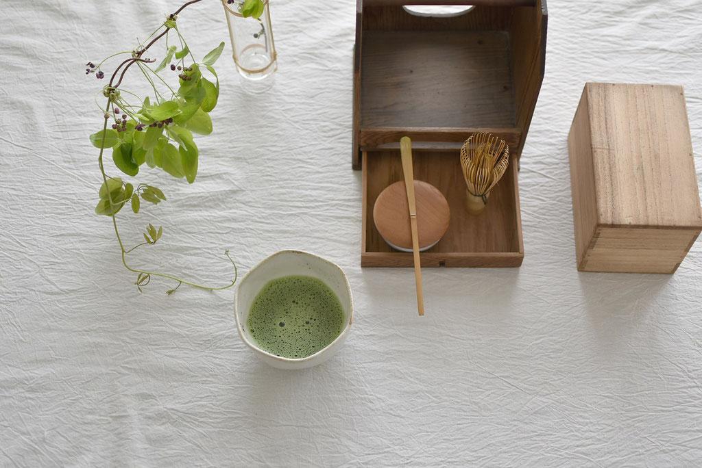 アケビの葉と抹茶の緑のマリアージュ
