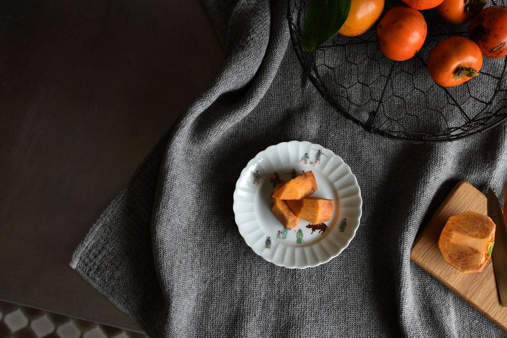 初物の柿を絵皿で