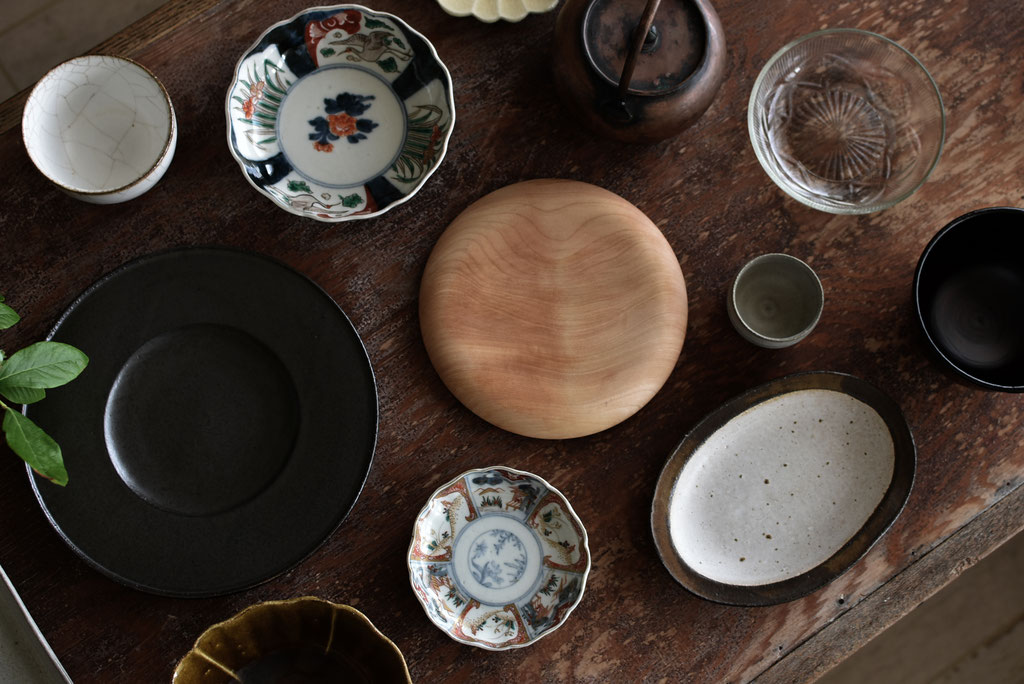 漆器、現代もの、古いもの、木のもの、ガラス・・・仲良くテーブルに