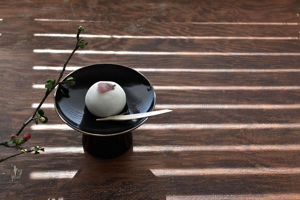 漆器の高台ですまし顔の桜饅頭