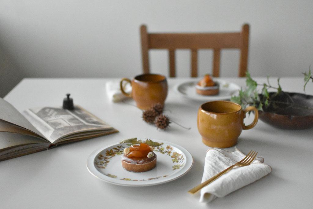 秋の花々が描かれた器にタルトアプリコットでコーヒータイム