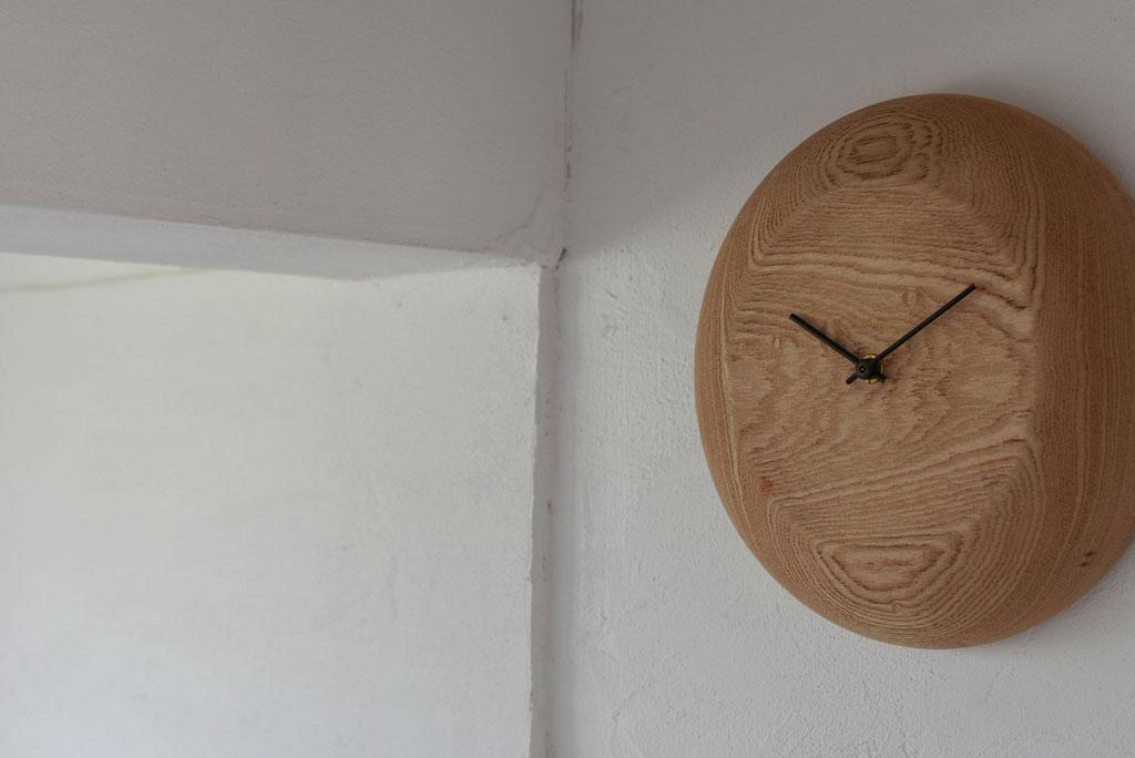 古い菓子器をリメイクした時計が静かに時を刻みます
