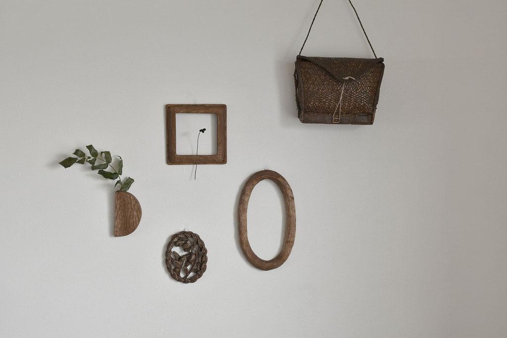 木彫りの壁掛けでお部屋の壁面がアートスペースに