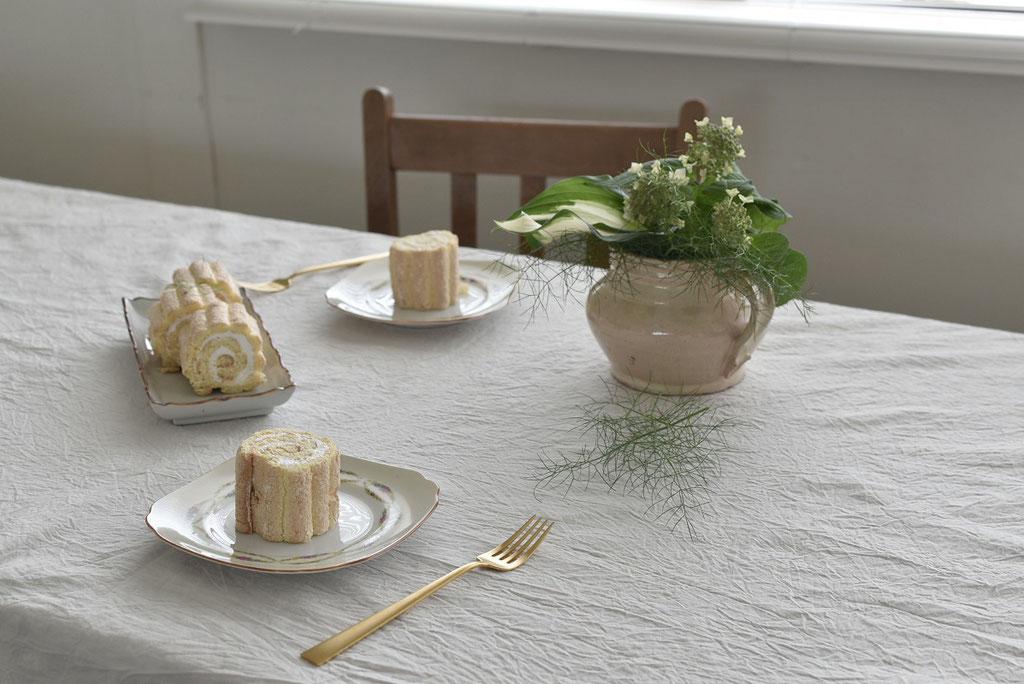 緑と白を束ねてテーブルへ