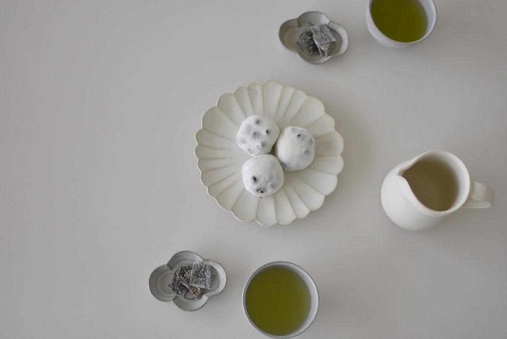 豆大福と塩昆布でおやつ時間 たくまポタリーのハナ皿とモッコ皿とほっこりカップ