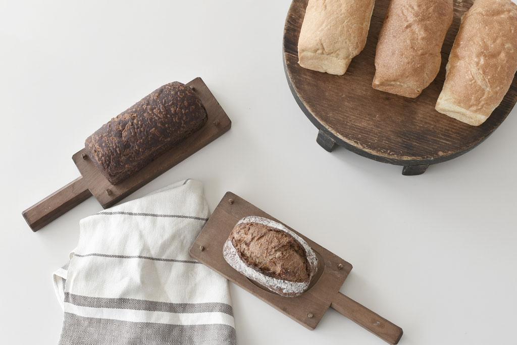 古い窯蓋にパン置きにして菓子型をカッティングボードに