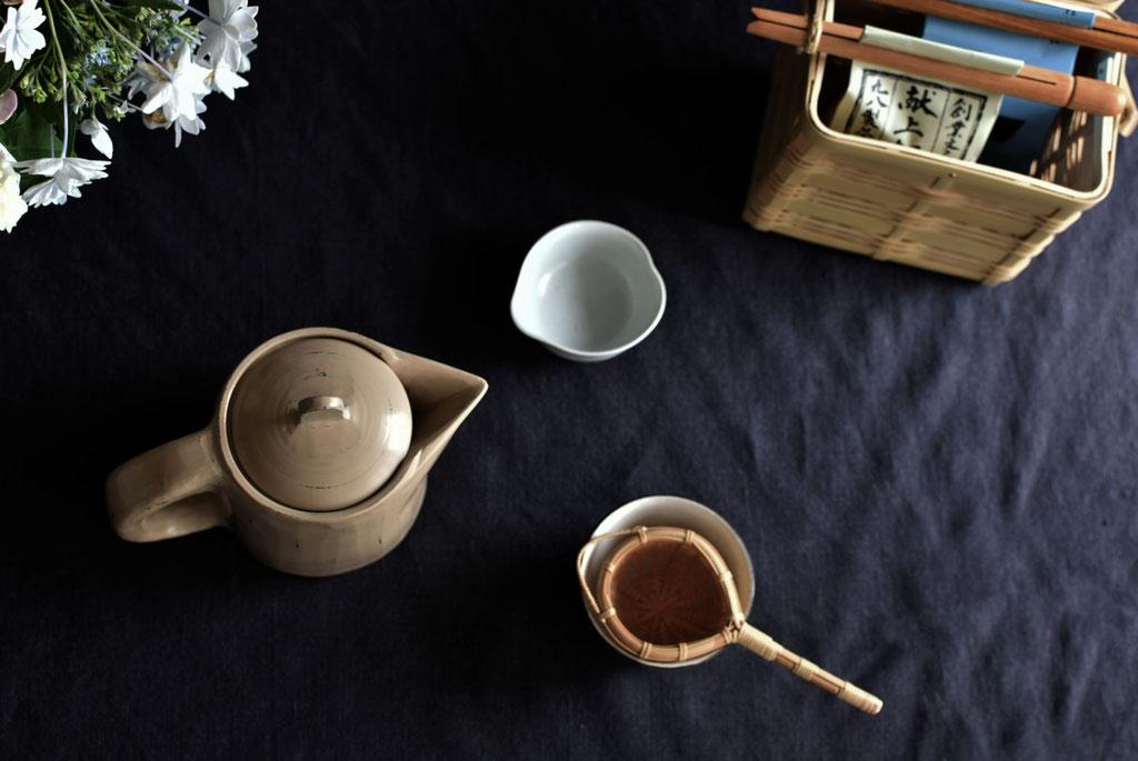 木彫りのポットでお茶時間