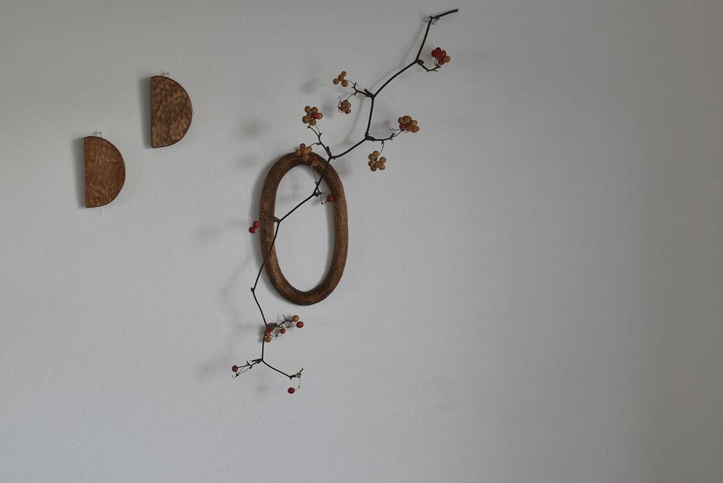 木彫りの壁掛けに赤い実