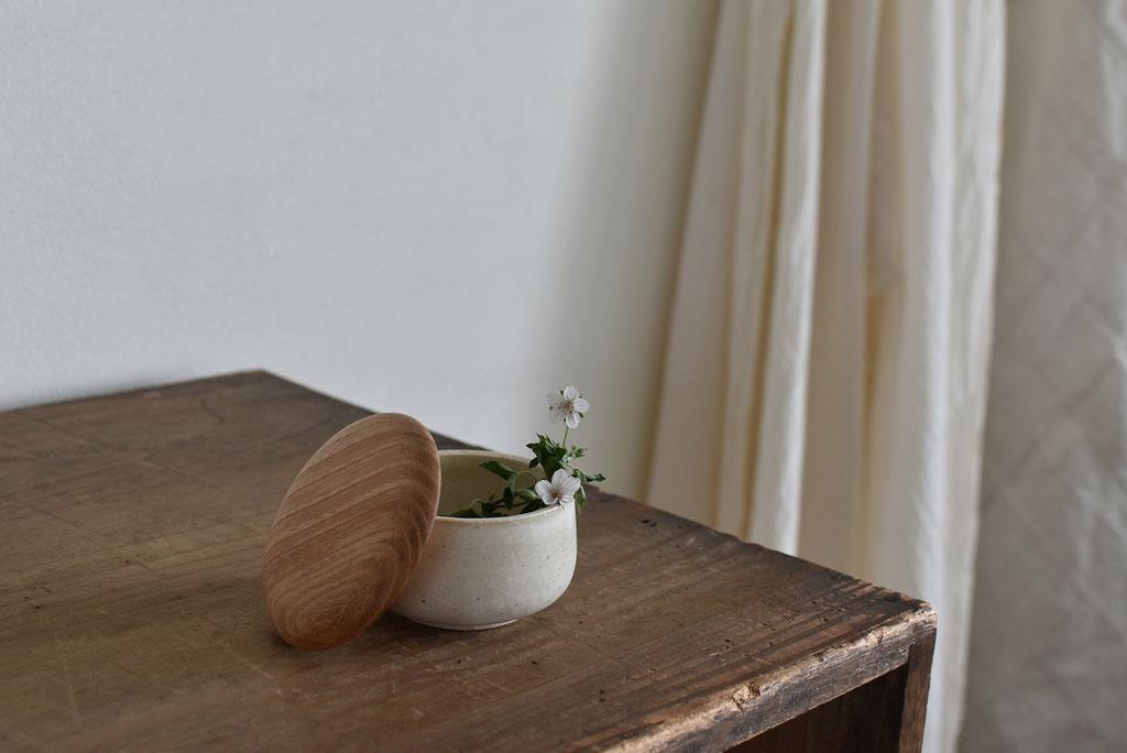 白い器に木蓋