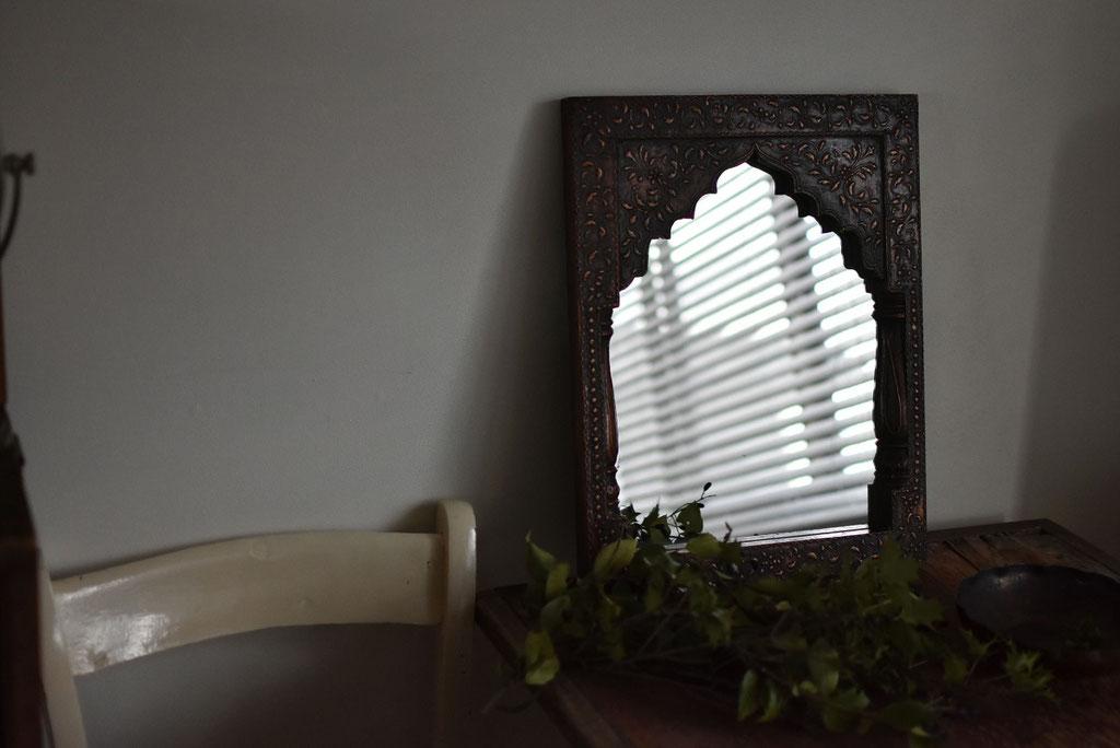 古い寺院の窓のようなアンティークの木彫りの鏡