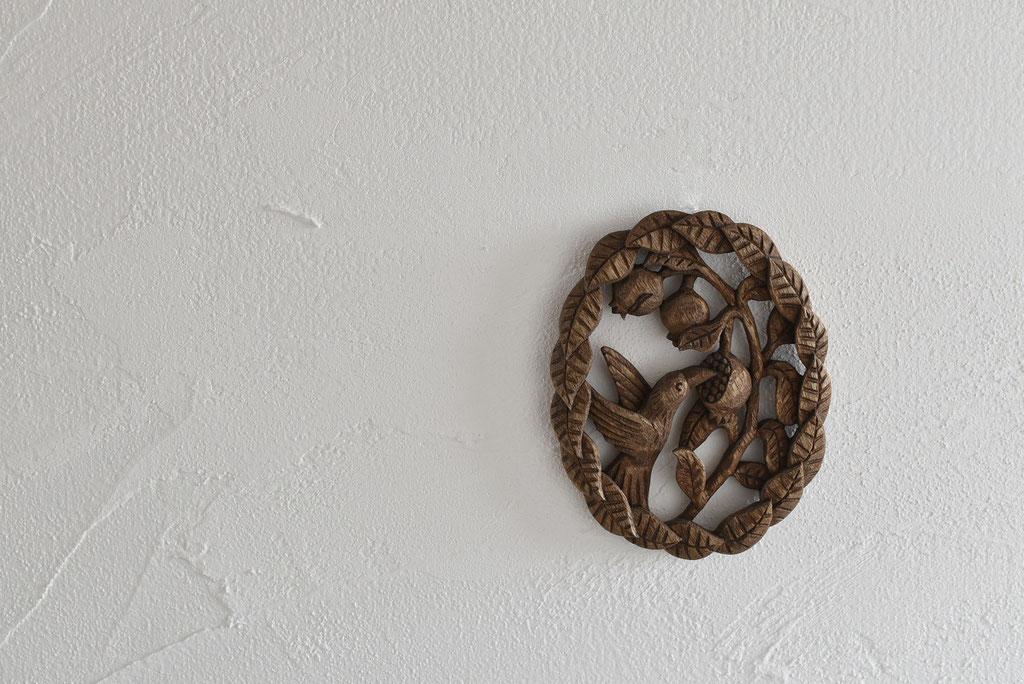 「鳥とザクロのリース」木彫のすばらしい技術をインテリアに