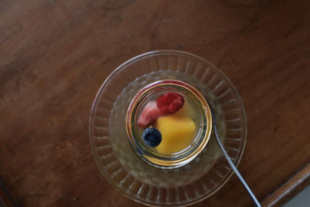 フルーツゼリーをガラスの器でいただく