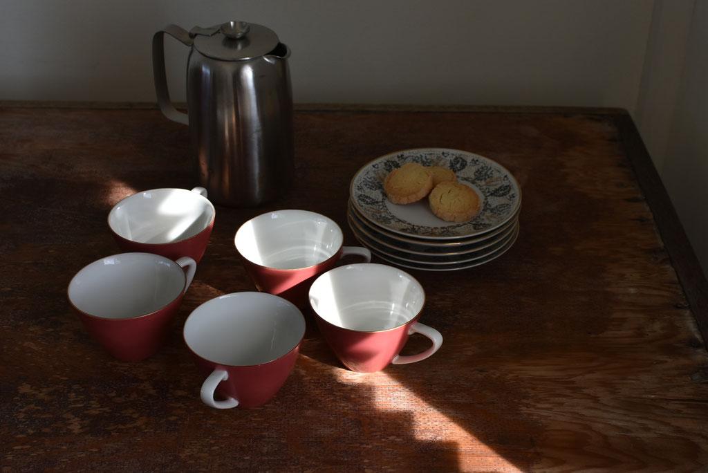 佇まいが美しいアンティークのカップ&ソーサー