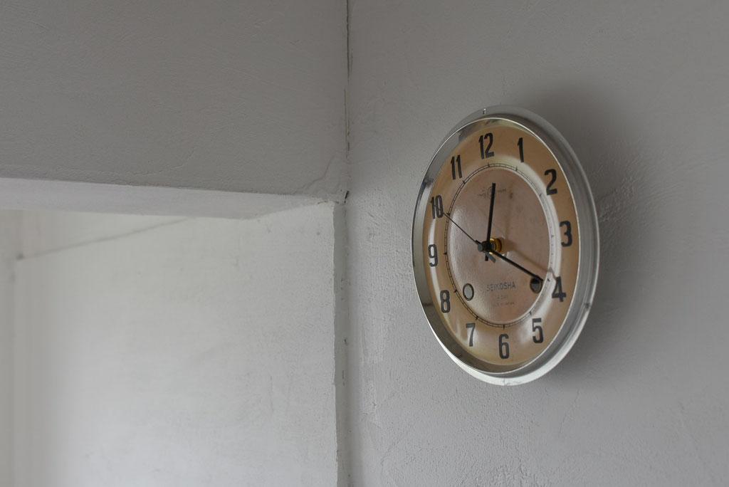 漆喰に古い文字盤時計