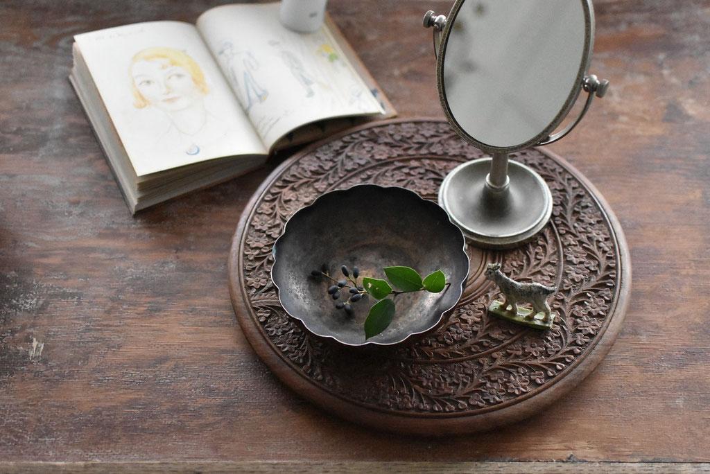 アンティークの木彫りレリーフ台とやぎの置物