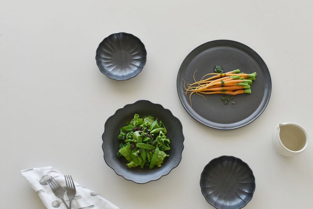 野菜が映える黒の器