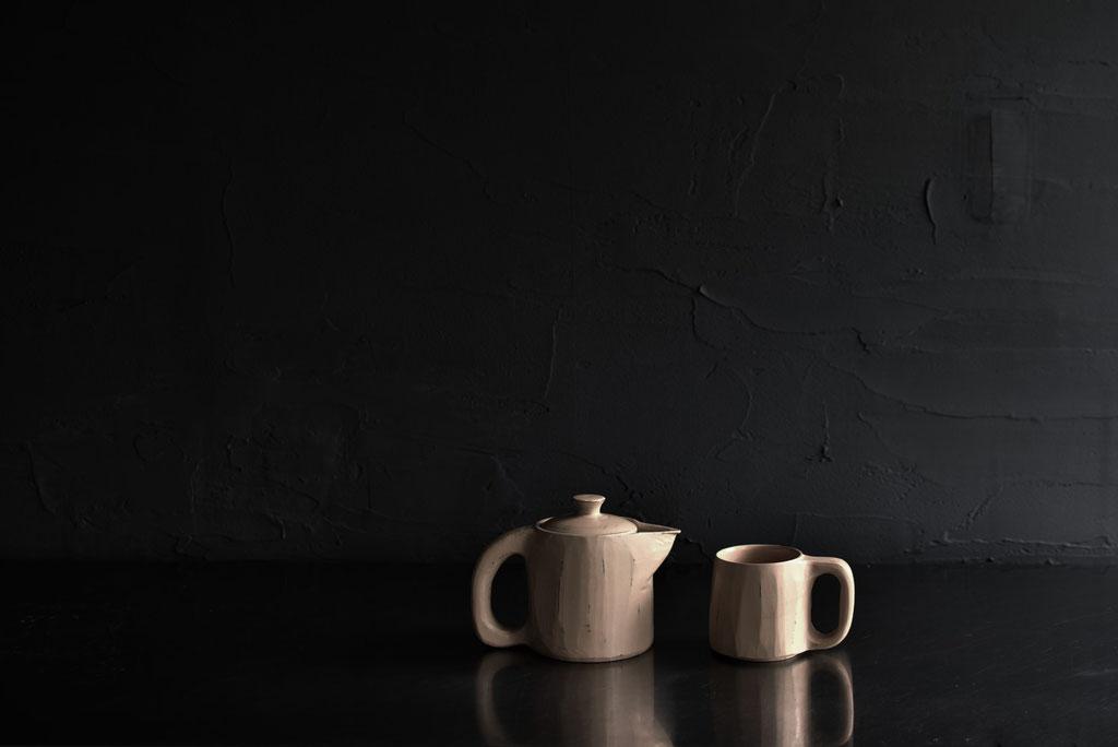 白漆のポットとカップの佇まい
