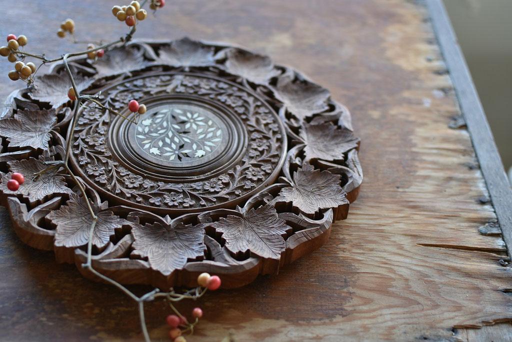 古い木彫りのレリーフ
