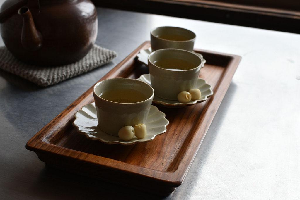 ハナ小皿をソーサーにミニちょこでお茶時間