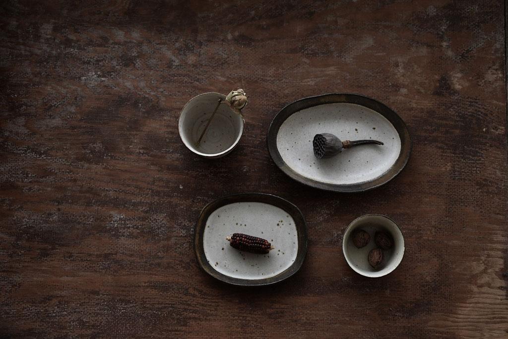 たくまポタリーの土の風合いが素朴で味わい深い楕円の器と蕎麦猪口