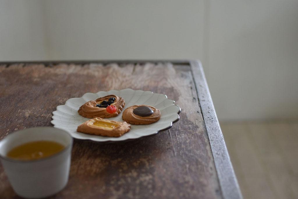 貫入ハナ皿にロシアンケーキでお茶時間