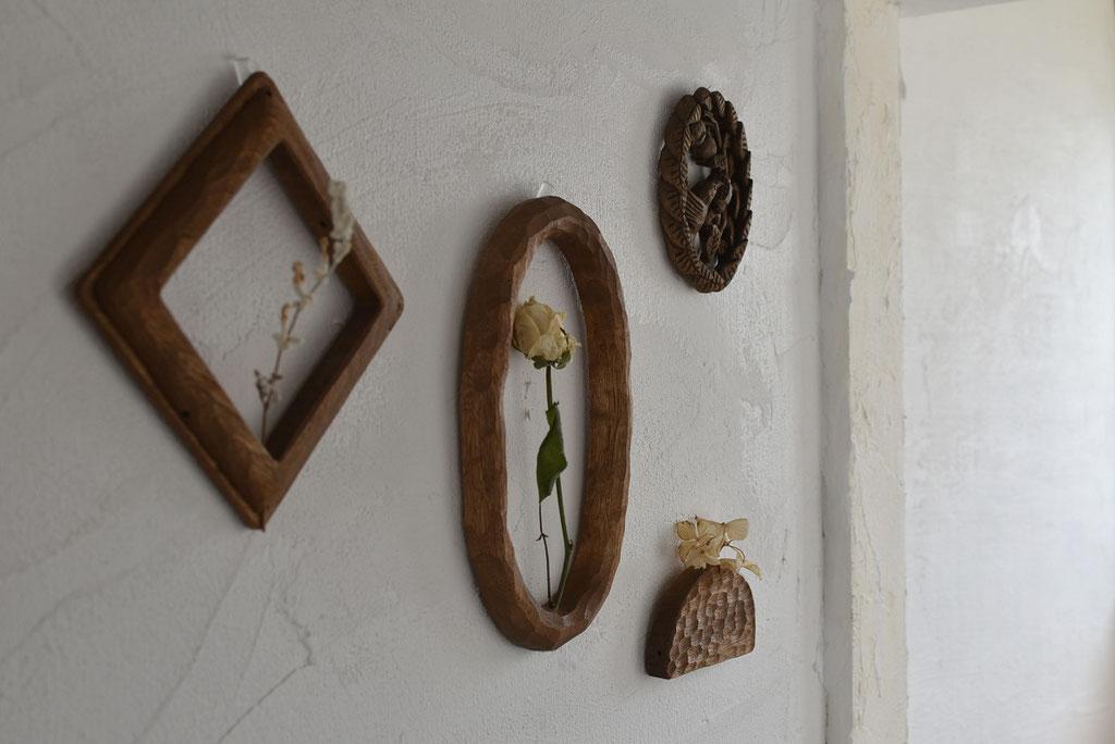 木彫りの壁掛けであたたかなインテリアになる