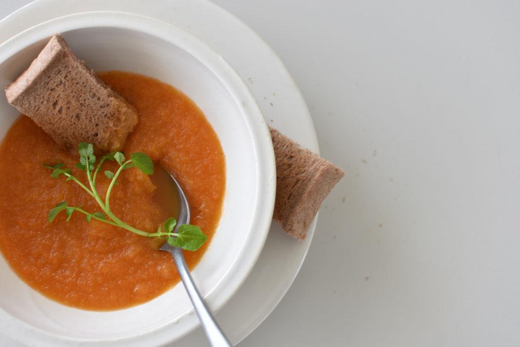 スープボウルとリムプレートの重ね使いが素敵 人参スープでつけパン