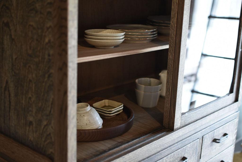 覗きたくなる古い戸棚