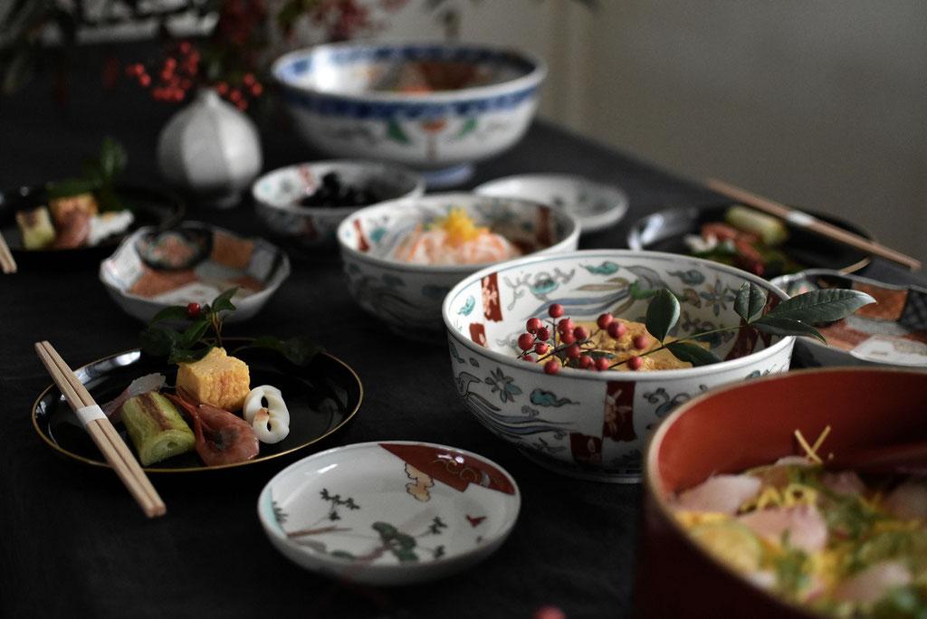 お節料理をシュミレーション 色絵の器や漆器で料理を引き立てる
