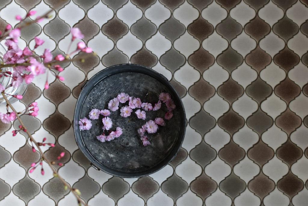 ブリキの入れ物にピンクのお花が映える~