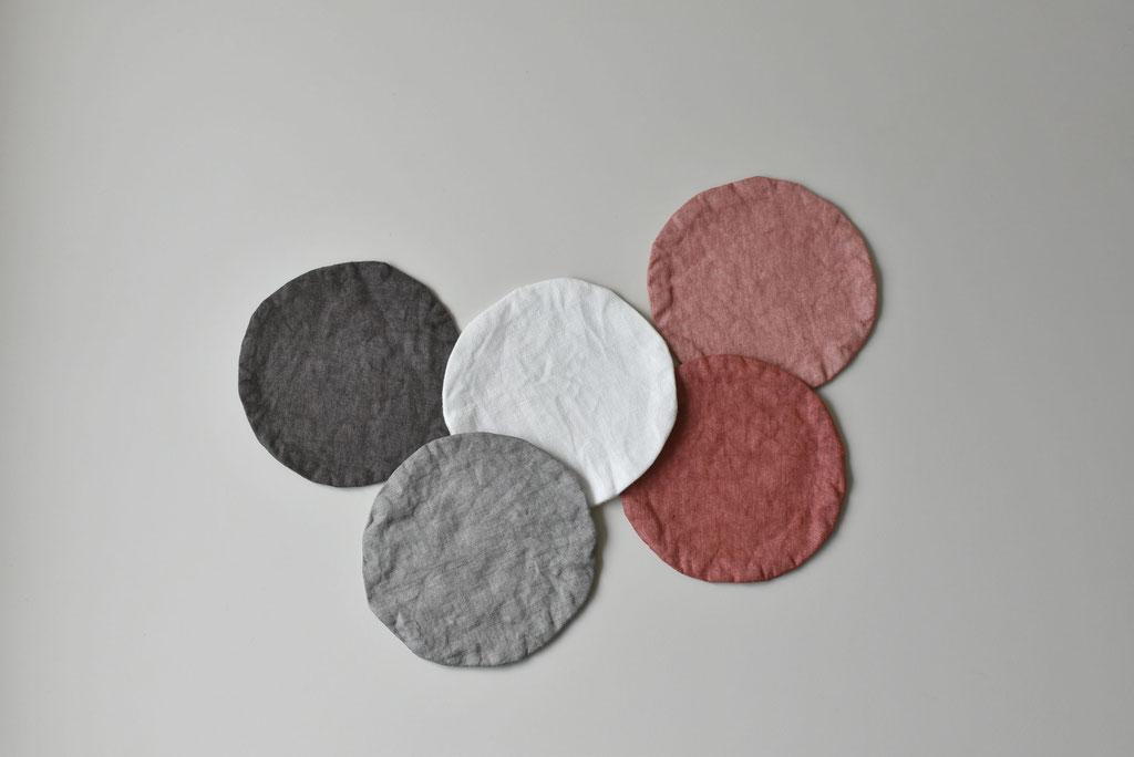天然の染料で染めたリネンの色合いがとてもいいコースター