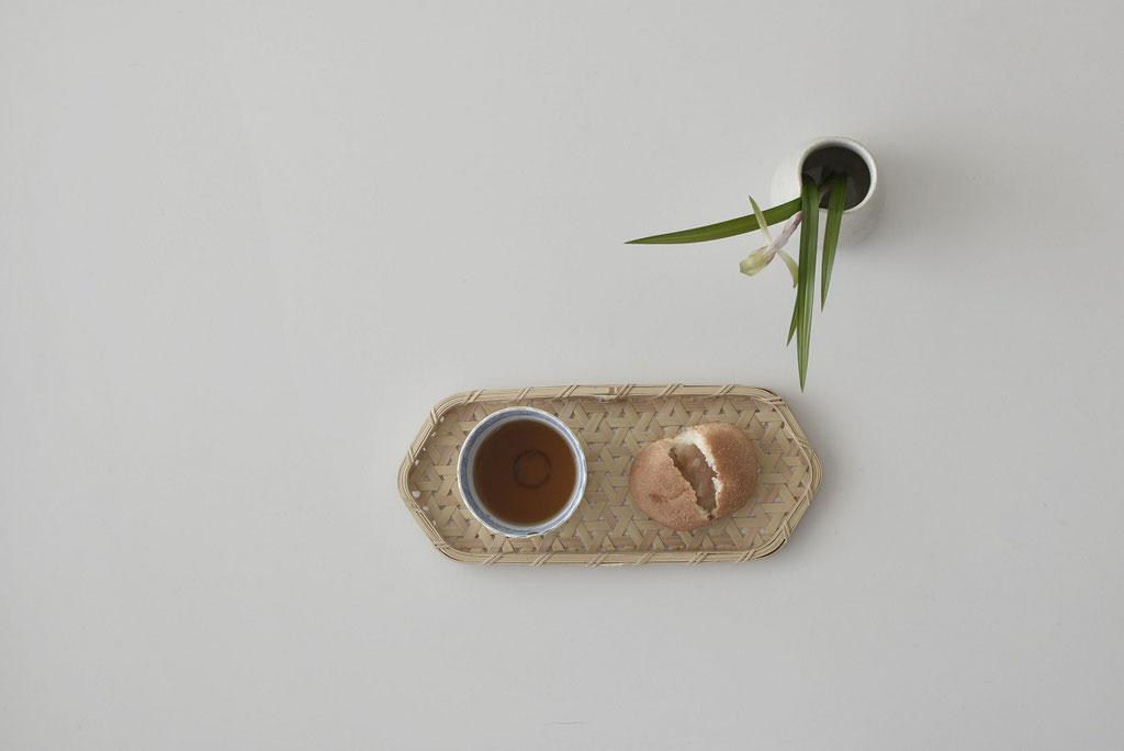 竹工芸 長六角トレーにあんぱんとほうじ茶でお茶時間