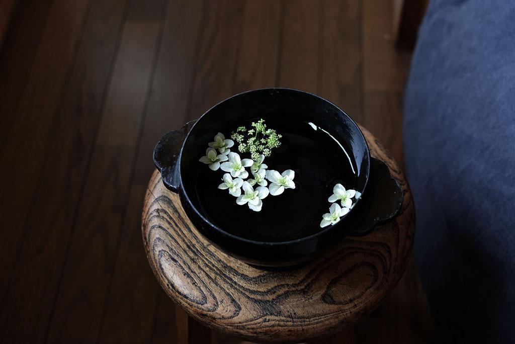 盃洗の紫陽花を浮かべて涼を演出
