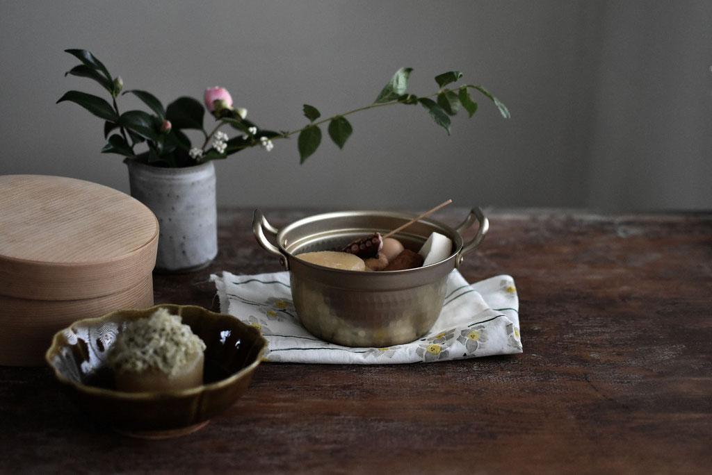 アケモドロの水仙柄の手ぬぐいは、和のごはんにお似合いです。