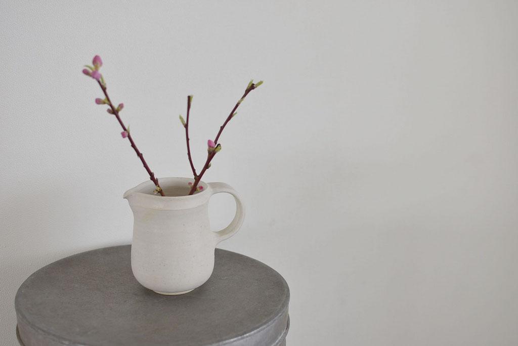 たくまポタリーのティーピッチャーに梅の花