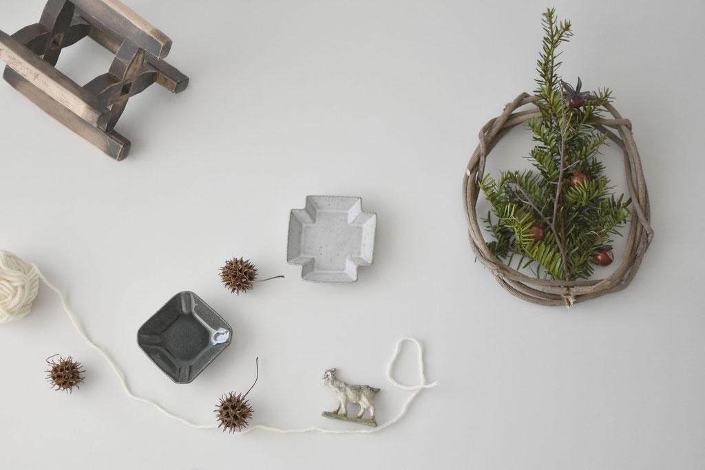 クリスマスリースと古い小さなヤギの置物
