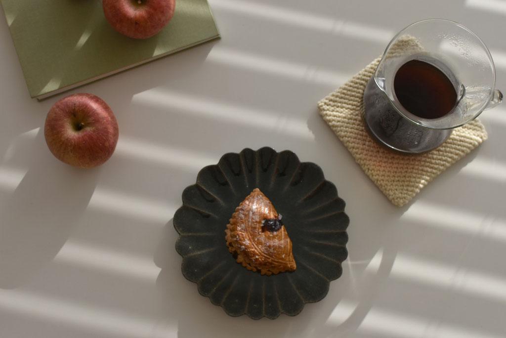 りんご好きすぎる! 花皿でアップルパイ
