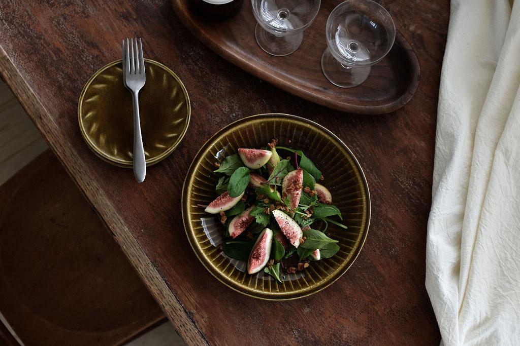 いちじくサラダをキャラメル色の器に盛って秋色を楽しむ