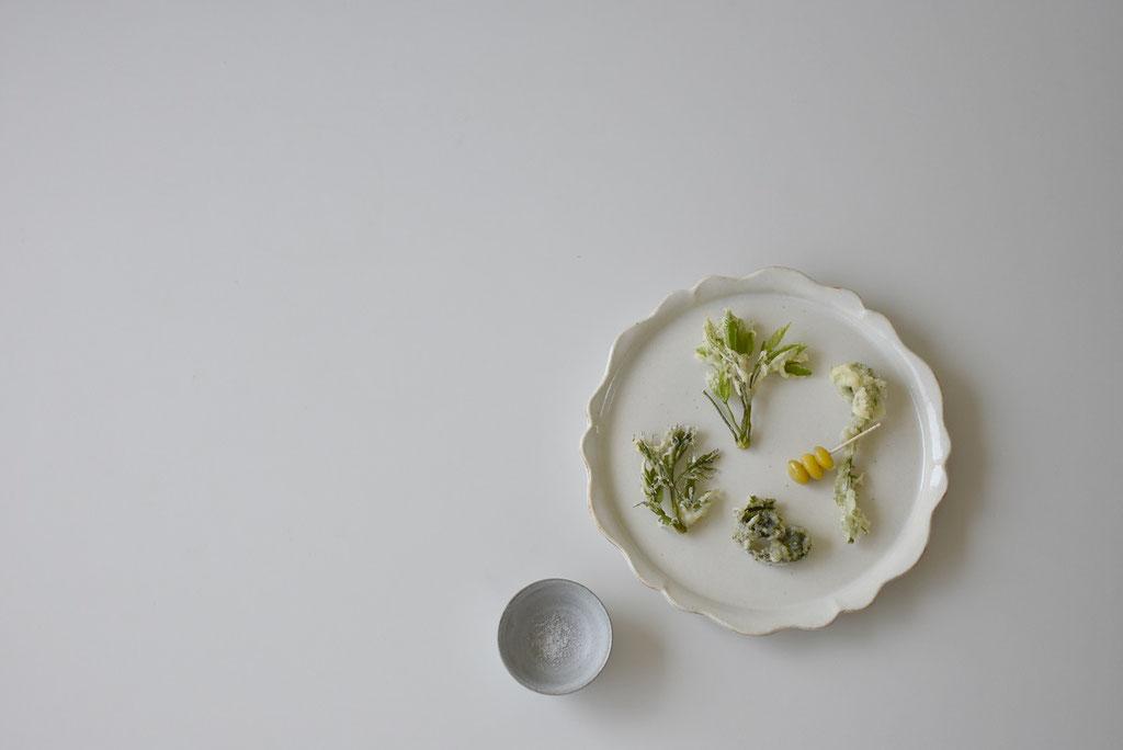 山菜のてんぷら うつわの縁を額縁に見立て盛り付け