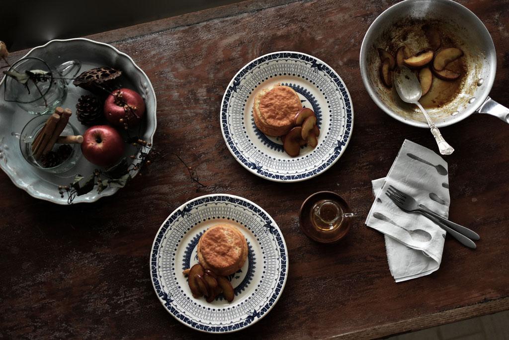 バタービスケットにりんごのキャラメリゼのせて、おやつ時間